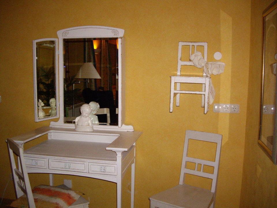 Stühle an der Wand Ringhotel Friederikenhof