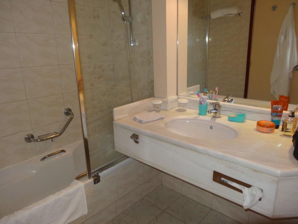 Salle d\'eau avec bain et pare-douche\