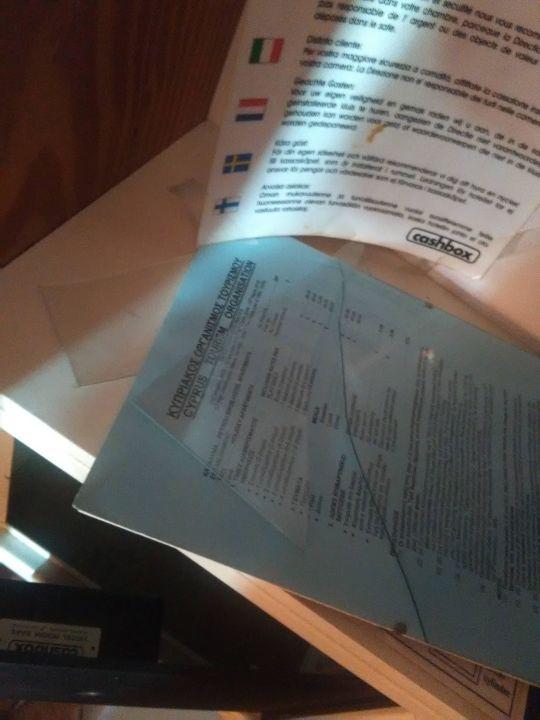 Zerbrochene Glasscheibe eines Bilderrahmens im Sch Petrou Bros Hotel Apartments