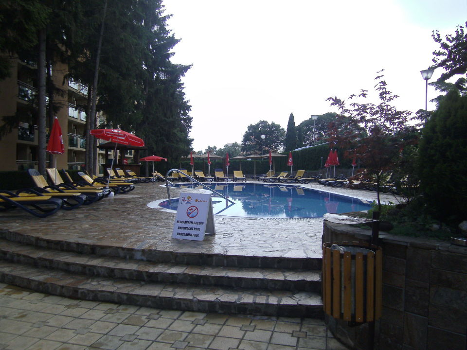 Pool vor dem Hotel PrimaSol Sunlight Sunrise