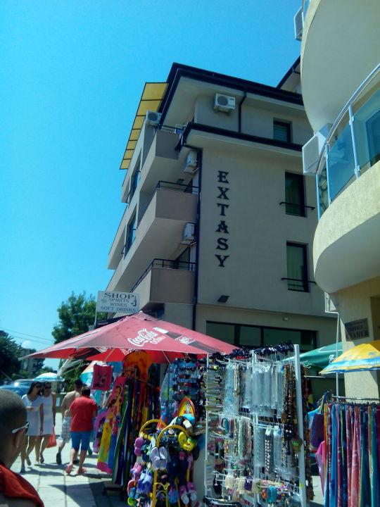 Pohled na hotel a obchod u hotelu Guesthouse Extasy