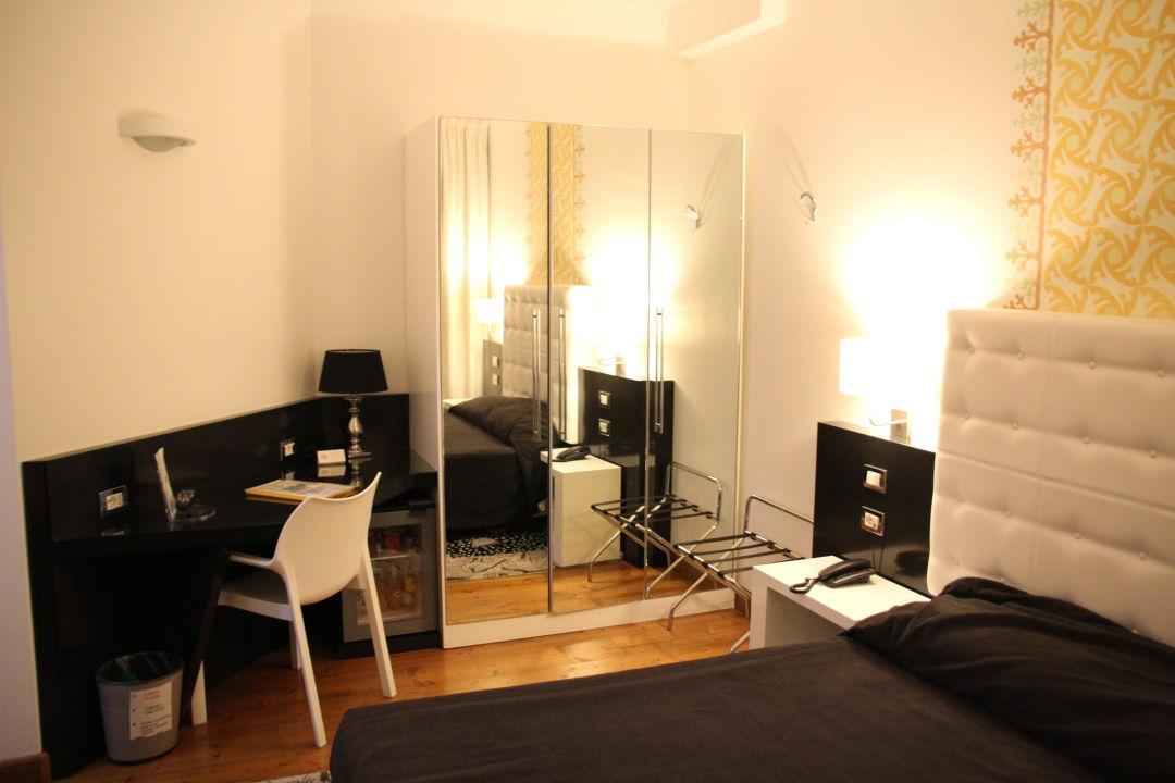 Schrank und schreibtisch ecohotel in rom holidaycheck for Schreibtisch 1 60 m