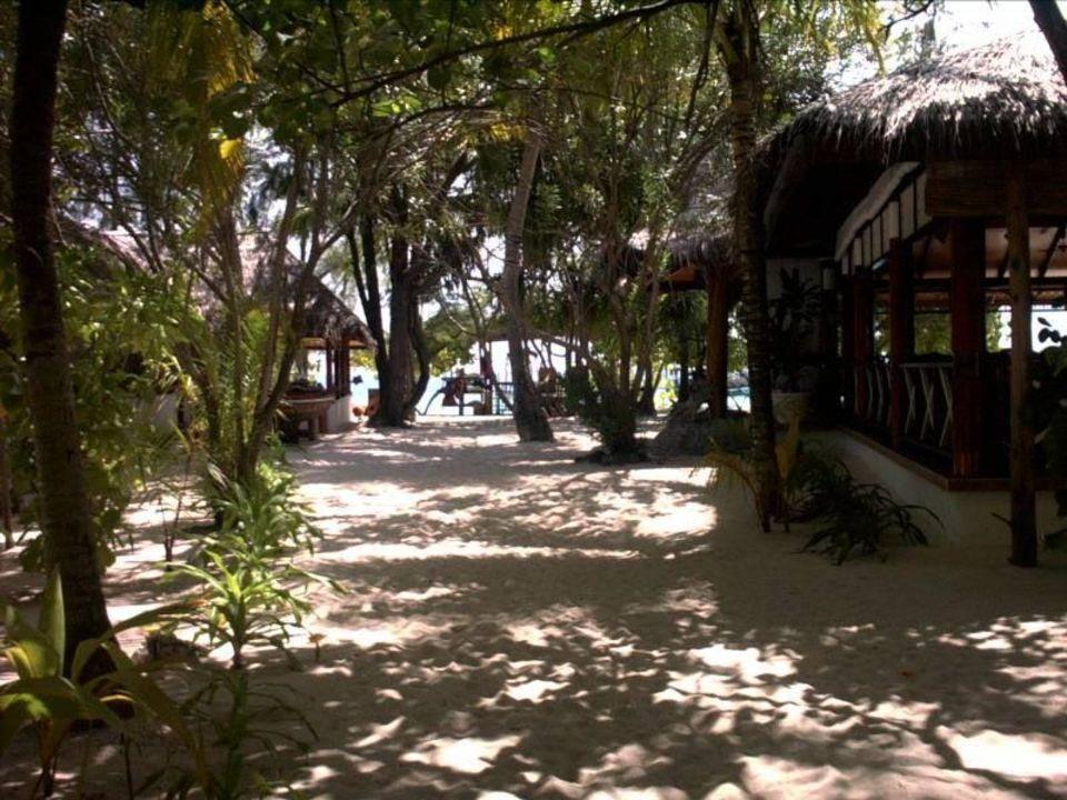 Blick auf Coffeeshop links und Restaurant rechts VOI Maayafushi Resort