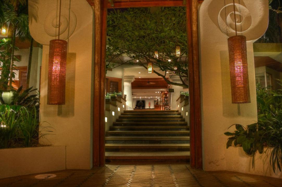 Aufgang zur Lobby vom Pool AVANI Pattaya Resort & Spa