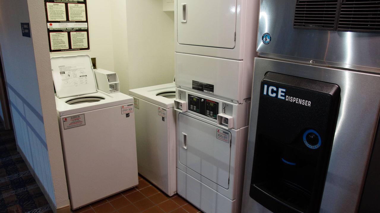 Stock foto handtücher gefaltetes auf trockner in waschküche
