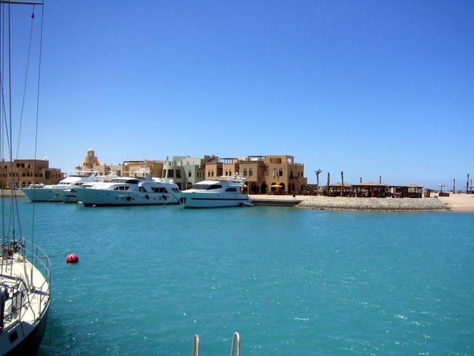 Blick vom Ocean View zur gegenüberliegenden Abu Tig Marina Hotel Three Corners Ocean View - Adults only
