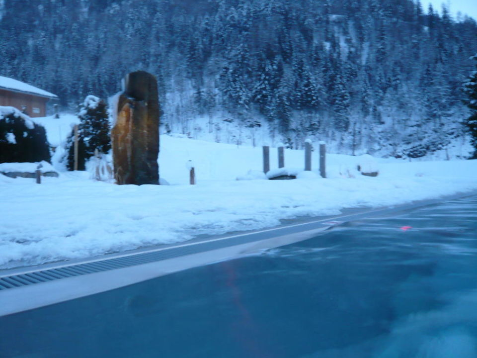 Außenpool im Winter mit Blick auf die Berge\