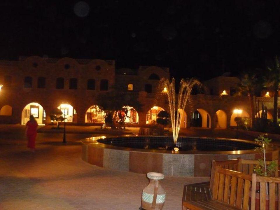 Plaza vor dem Eingangsbereich Mövenpick Resort El Quseir