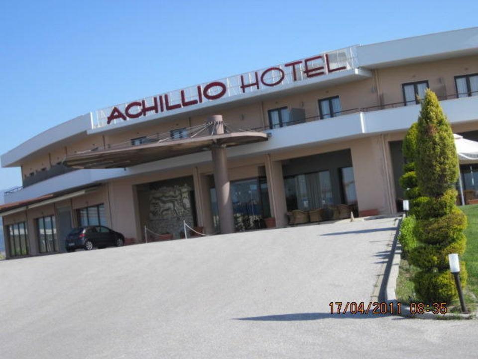 Auffahrt zum Eingang und Parkplatz Hotel Achillio