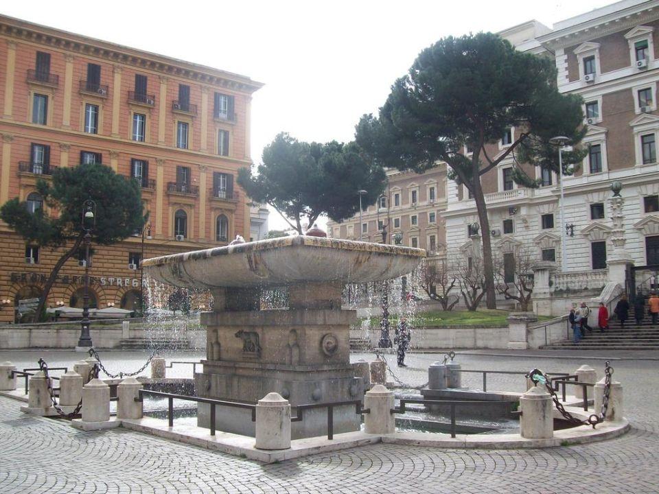 La fontana nella piazza davanti l'hotel Hotel Dorica
