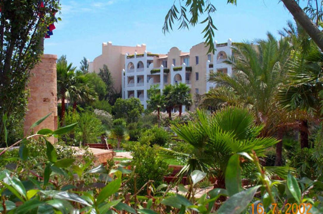 Safaripark - Blick vom kleinen Kinderpark zum Hotelgebäude Protur Safari Park Aparthotel