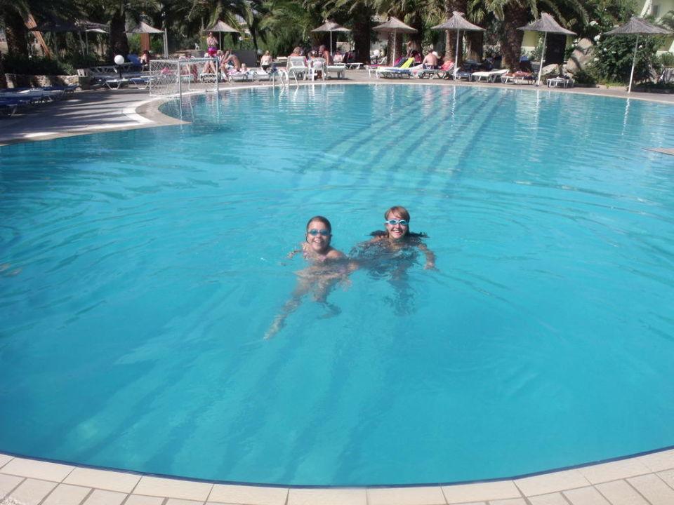Zabawa w basenie Hotel Akti Beach Club