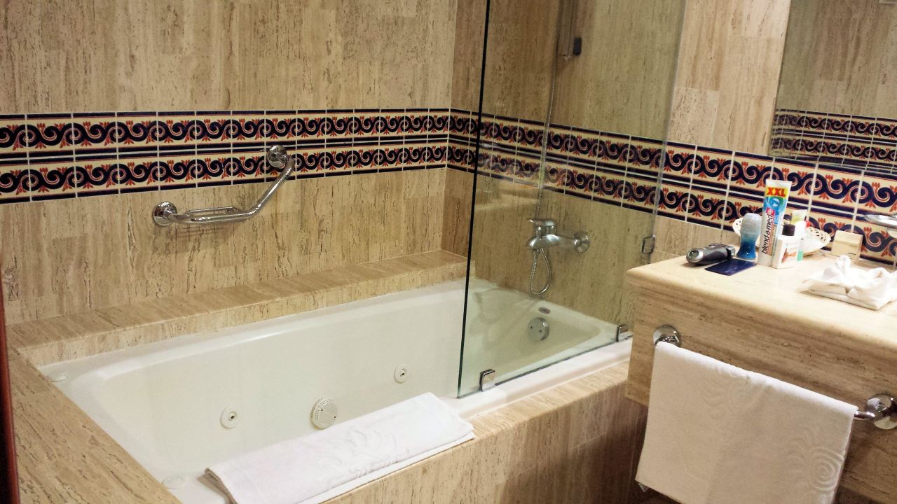 bad mit whirlpoolwanne grand bahia principe coba akumal. Black Bedroom Furniture Sets. Home Design Ideas