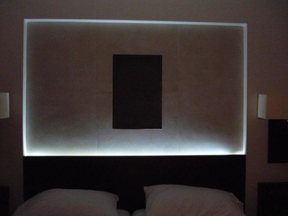 Indirekte Beleuchtung hinter dem Bett\