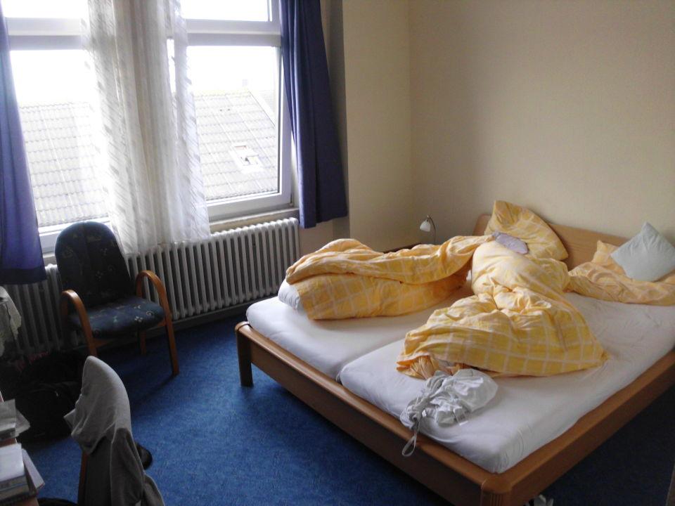 sehr hohe r ume neue fenster hotel graf waldersee. Black Bedroom Furniture Sets. Home Design Ideas