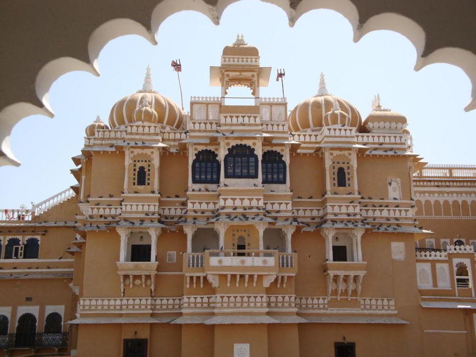 Blick zu einem Gebäudeteil Hotel Deogarh Mahal