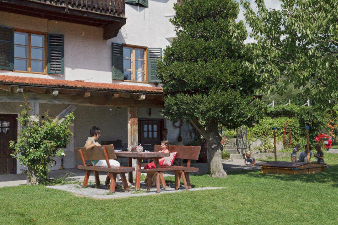 gem tliche sitzecke im garten neuhauserhof merano meran holidaycheck s dtirol italien. Black Bedroom Furniture Sets. Home Design Ideas