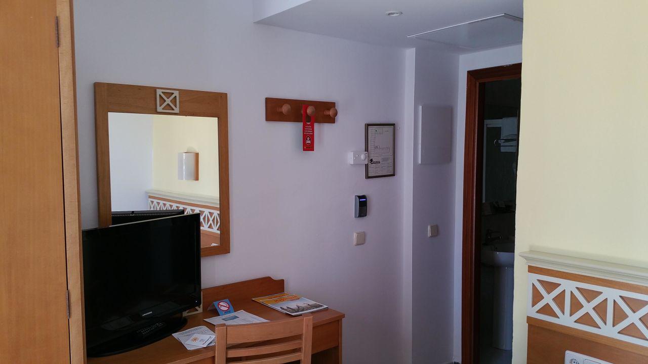 schlafzimmer mit schreibtisch klimaanlage fernseher universal hotel bikini cala millor. Black Bedroom Furniture Sets. Home Design Ideas