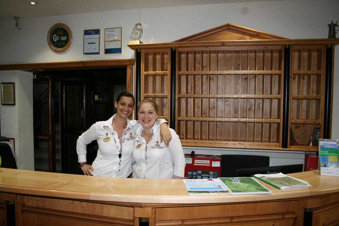 Zwei freundliche Mitarbeiter an der Rezeption\
