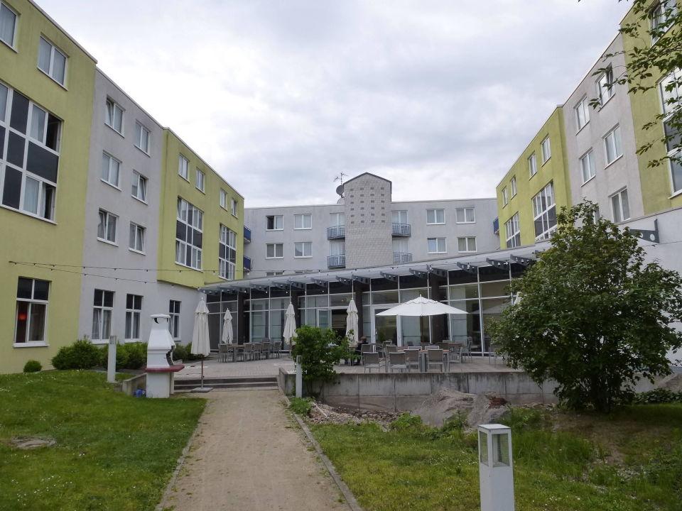 im hof des nh hotels nh frankfurt airport west raunheim holidaycheck hessen deutschland. Black Bedroom Furniture Sets. Home Design Ideas