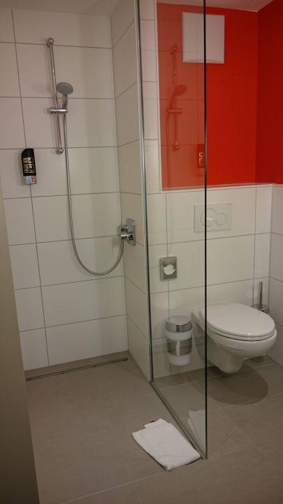 Badezimmer mit Dusche und Toilette\