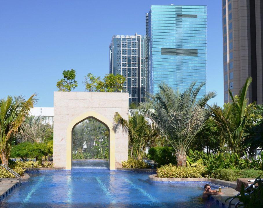 pool mit wasserfall conrad dubai dubai holidaycheck dubai vereinigte arabische emirate. Black Bedroom Furniture Sets. Home Design Ideas