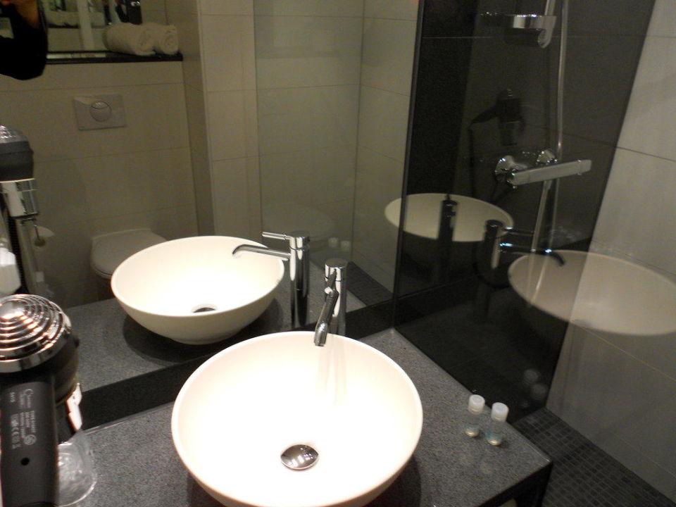 Schöne Waschbecken im Badezimmer\
