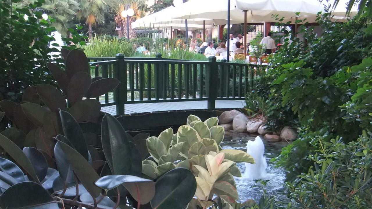 Springbrunnen und Brücke am Restaurant LABRANDA Alantur Resort