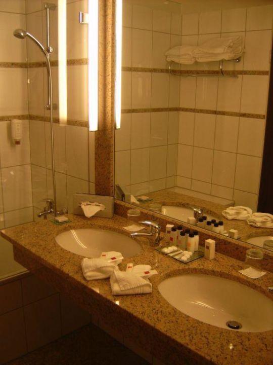 großes Badezimmer im Schlafbereich\