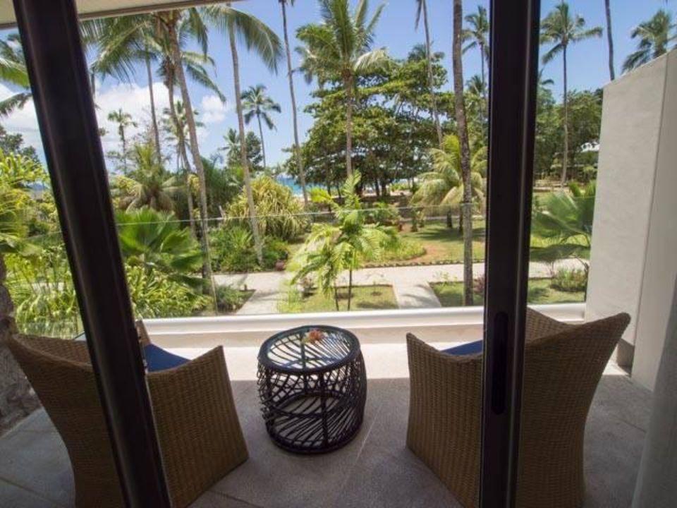 balkon mit blick in den garten avani seychelles barbarons resort spa barbarons bay. Black Bedroom Furniture Sets. Home Design Ideas