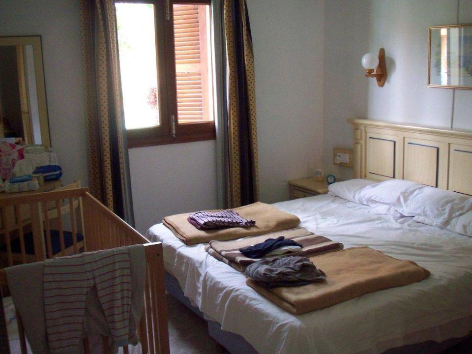 Schlafzimmer mit Babybett \