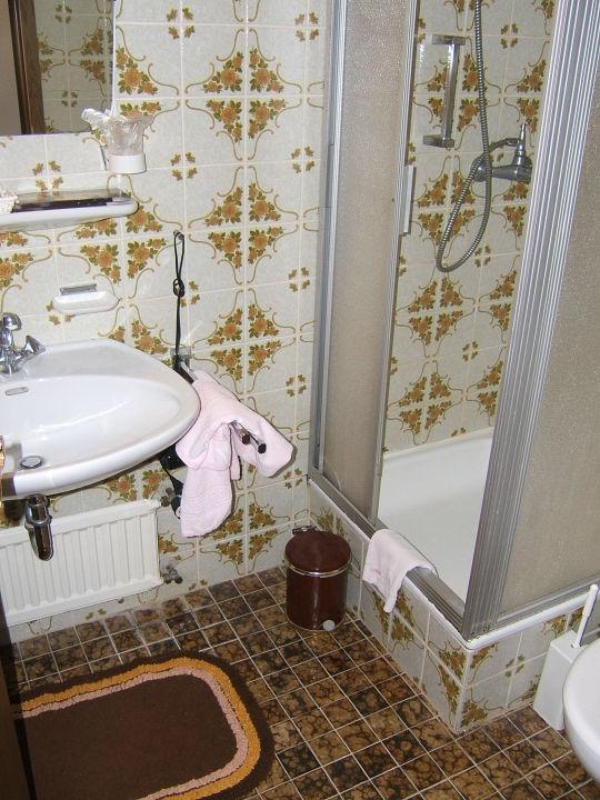 Badkamer, veel defect\