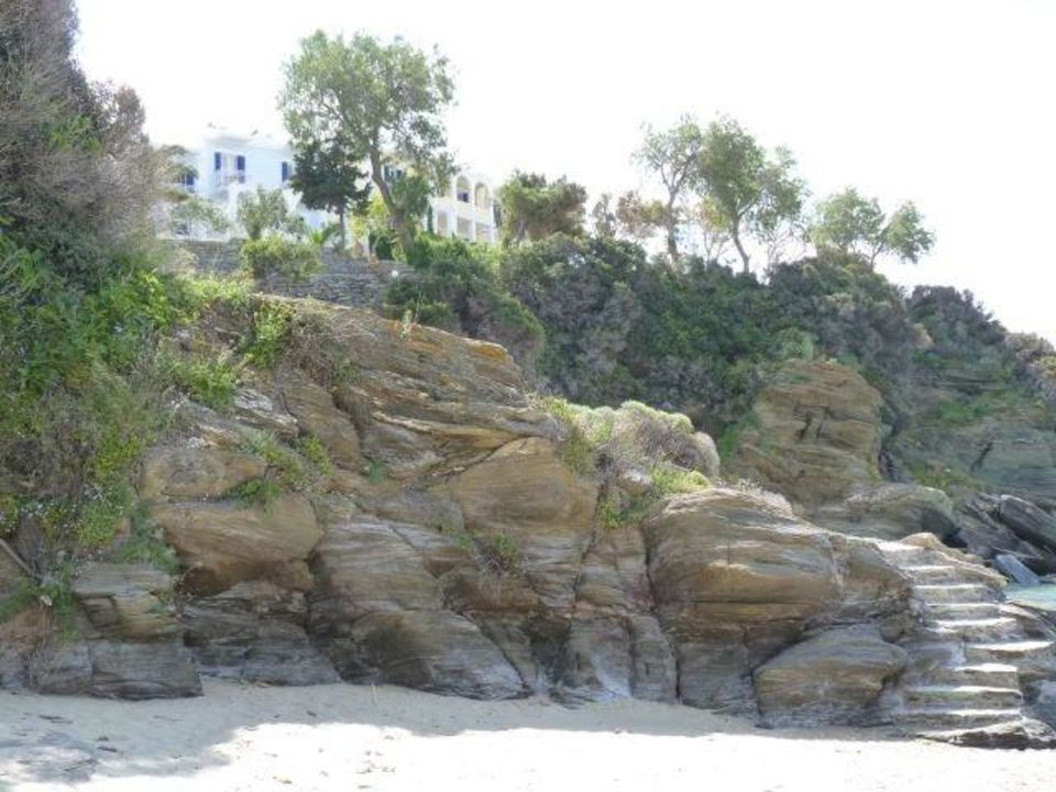 Strand unterhalb des Hotels Hotel Aneroussa Beach