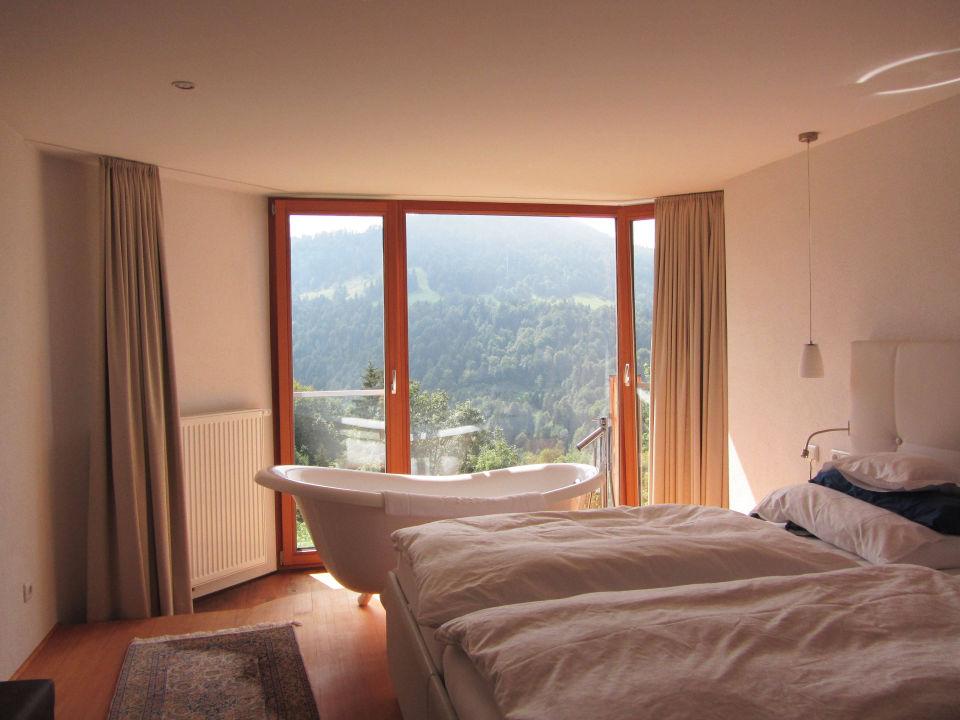 Badewanne mit Aussicht im Schlafzimmer\