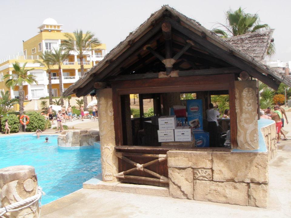 Chiringuito con barra en la piscina Zimbali Playa Spa Hotel