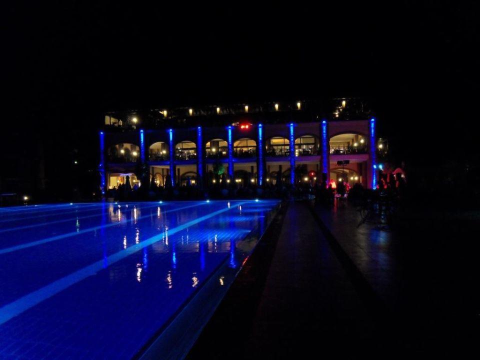 Hauptrestaurant bei Nacht Bodrum Imperial Hotel