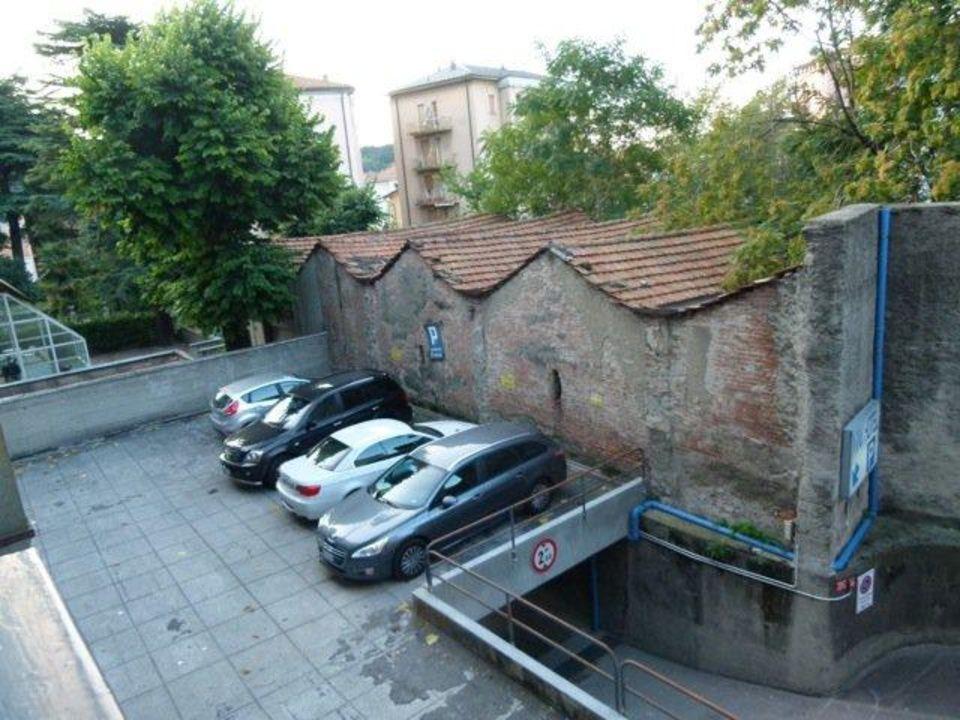 Hotelparkplätze hinter dem Haus Hotel Mini Baradello