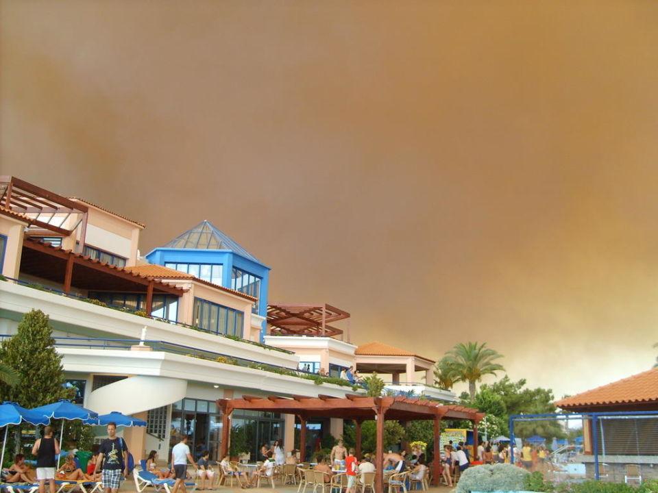 Der Himmel am Tag während des Waldbrands Hotel Rodos/Rhodos Princess Beach