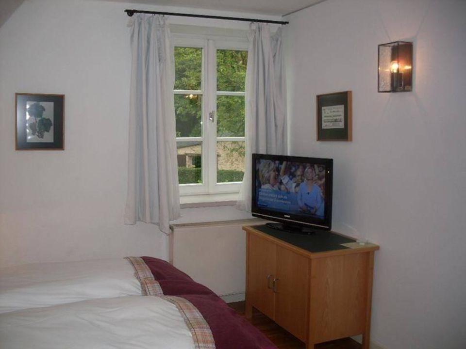 Zimmer mit Doppelbett und TV\