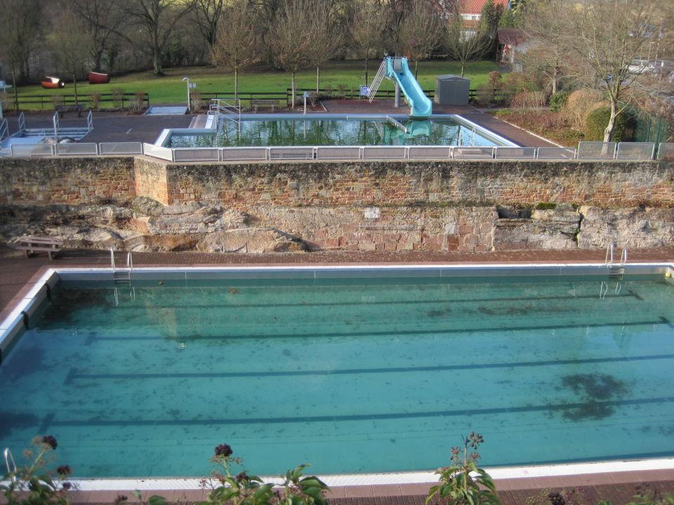 Schwimmbad im Winter\