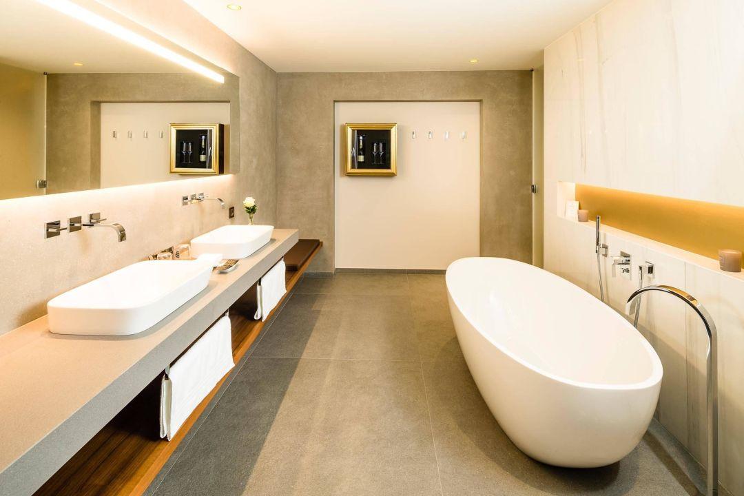 Großes Badezimmer der Weinberg-Panorama-Suite\