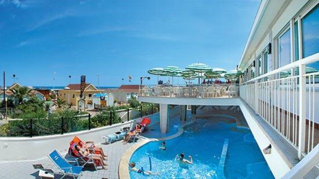 La terrazza e la piscina Hotel Regina