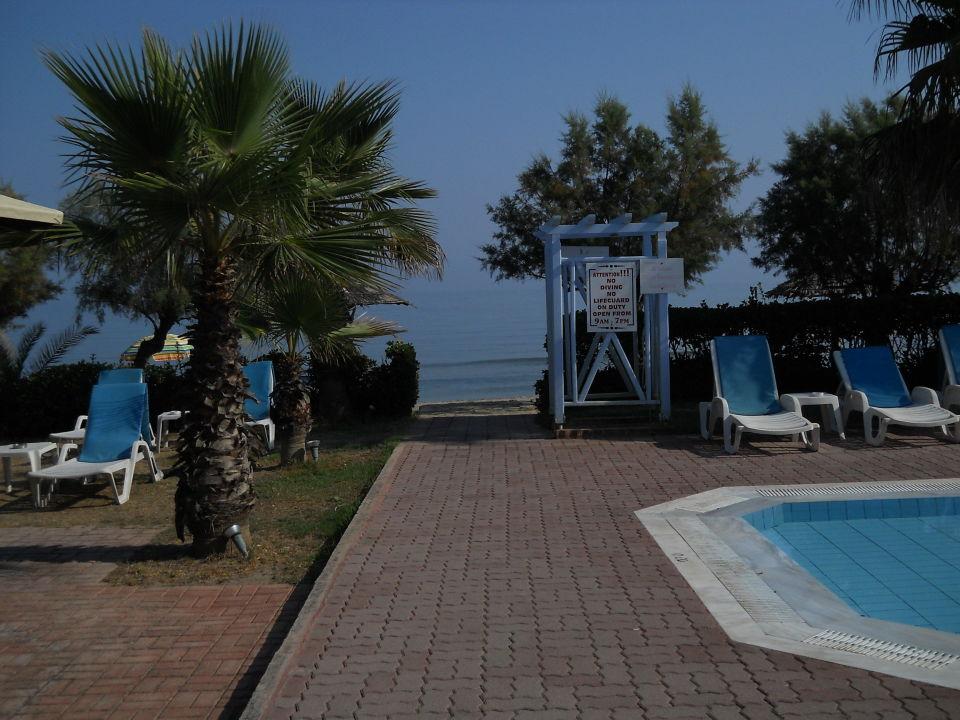 Zugang zum Strand von der Straße aus über den Pool Hotel Beach Star