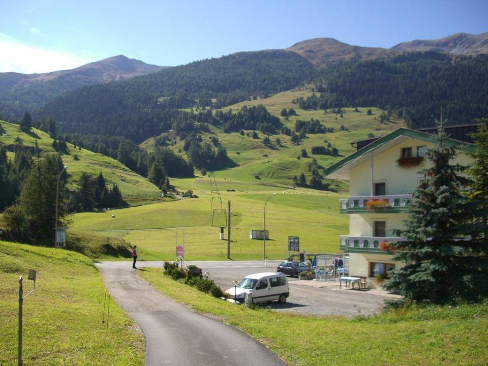 Blick auf die Bergwiesen vor dem Hotel Hotel Reschnerhof