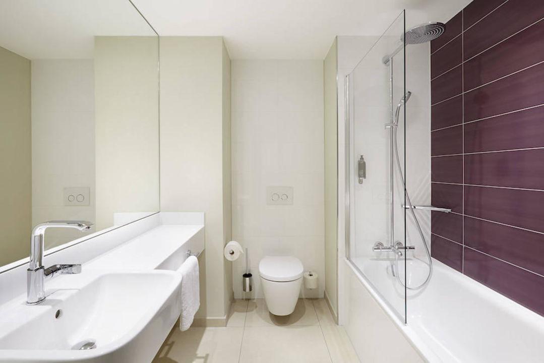 """badezimmer mit badewanne"""" premier inn frankfurt messe in frankfurt"""
