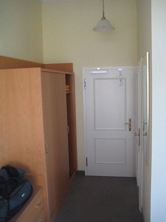 Blick Auf Den Kleiderschrank Und Die Zimmertur Hotel Imperial Binz