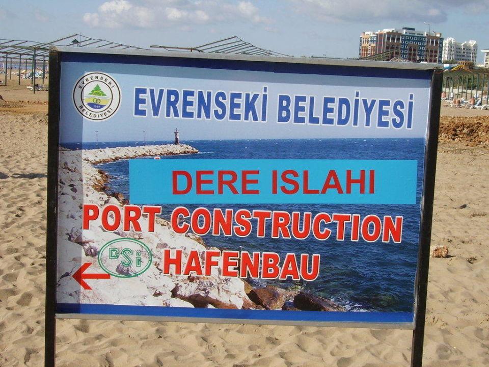 Hinweisschild für Hafenbau Sunis Hotel Evren Beach Resort & Spa