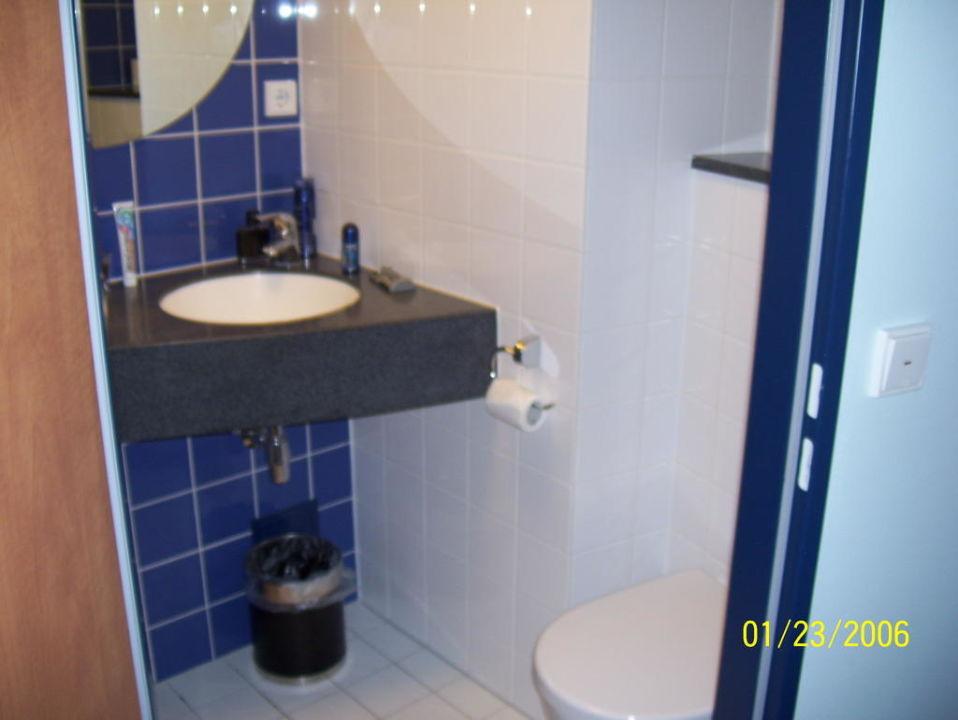 """Hotel Hamburg Dusche Im Zimmer : Bild """"Bad/Dusche/WC"""" zu B&B Hotel Hamburg-Altona in Hamburg-Altona"""