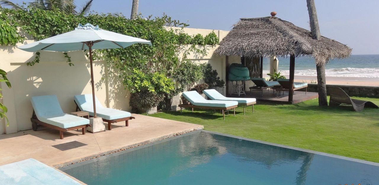 Kleiner Pool im Garten mit Liegen\
