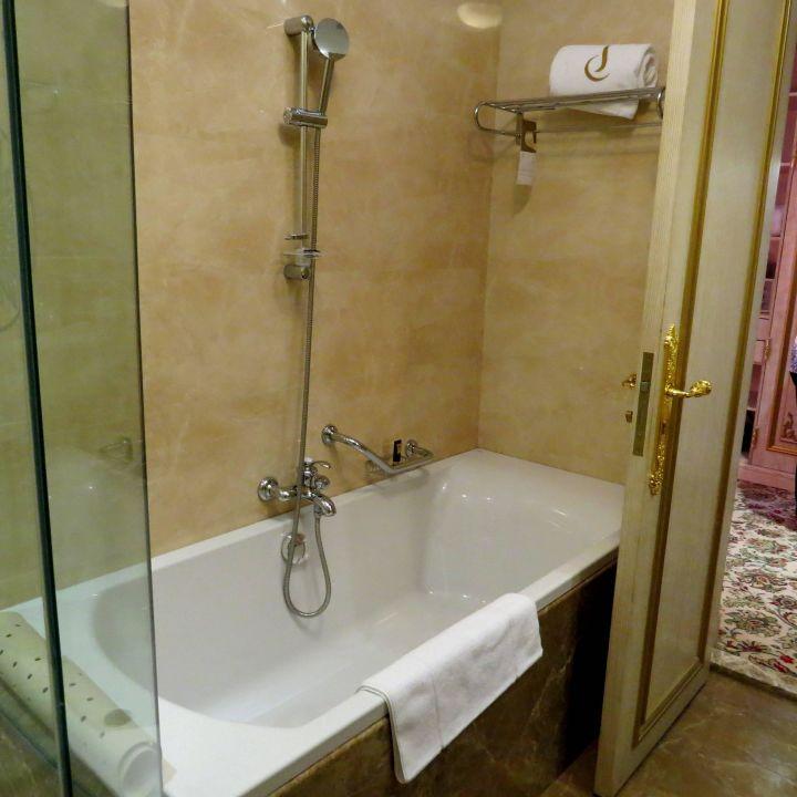 """Badezimmer"" Hotel Royal Rose (Abu Dhabi) • HolidayCheck"